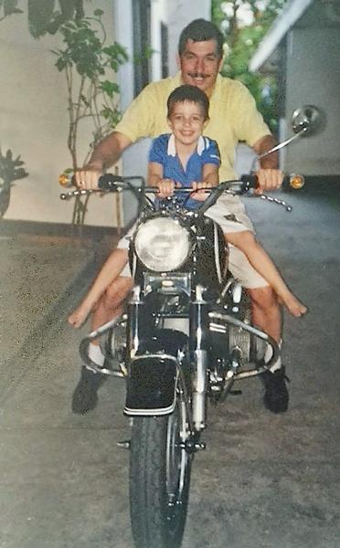 Mann und einem kleinen Jungen auf einem Motorrad BMW R 69 S als Beispiel für Motorradfahren mit Kindern