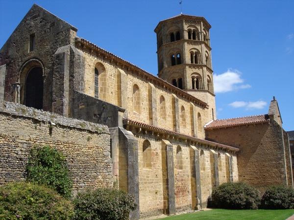 Ehemalige Prioratskirche Sainte-Trinité Anzy-le-Duc mit Haupt- und Seitenschiff und oktogonalem Turm