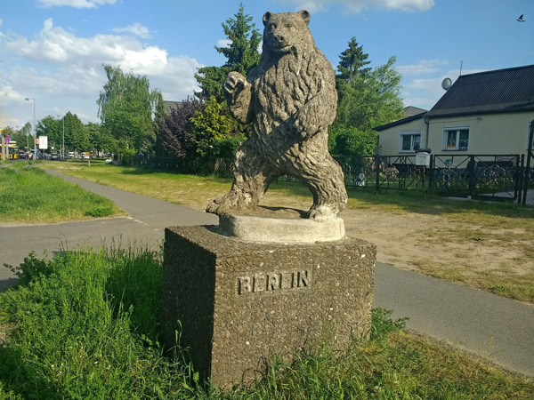 Statue eines Berliner Bären in Spandau auf einem Sockel mit der Aufschrift Berlin