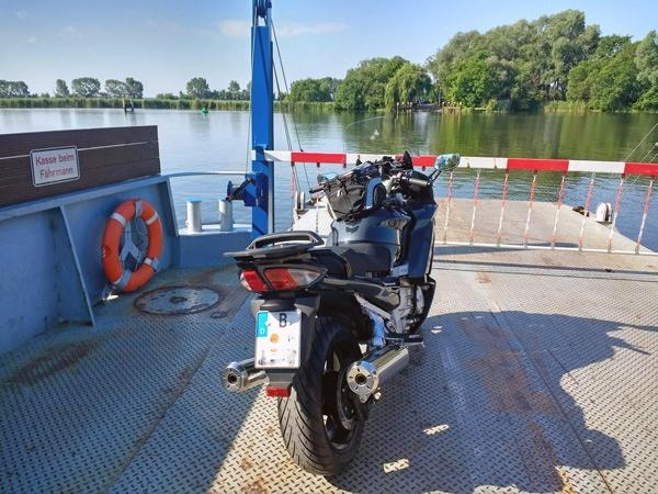 Unterbrechung der Motorrad-Hausrunde ins Abseits: Havelfähre bei Ketzin mit einem schwarzgrauen Motorrad Yamaha FJR 1300 bei einer Motorrad-Hausrunde ins Abseits