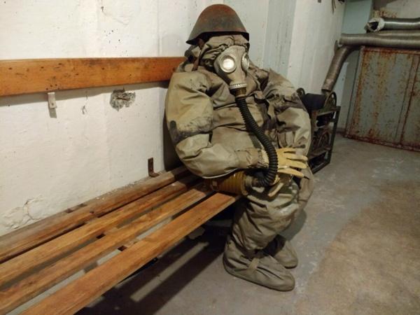 NVA-Soldat in ABC-Schutzausrüstung im Bunker Frauenwald