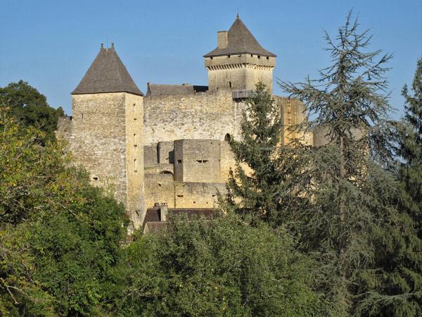 Schloss Castelnaud Perigord Noir Südwestfrankreich mit dicken Mauern und zwei wehrhaften Türmen
