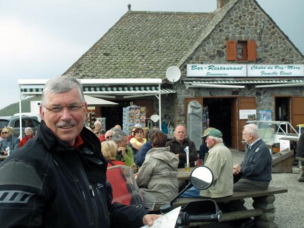 Kaffeepause auf dem Puy Mary in Zentralfrankreich bei einer Motorradtour Südwestfrankreich Teil 1