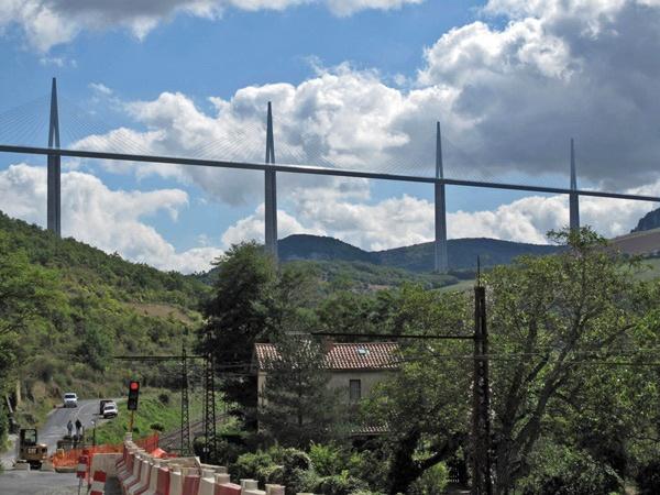 Brücke, auf Motorradtouren: Viaduc de Millau über die Gorges du Tarn, die höchste Autobahnbrücke Europas, gesehen bei einer Motorradtour Südwestfrankreich Teil 2