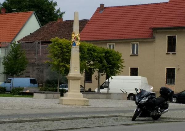 Motorradtour Berlin-Dresden: Kaffeepause mit Blick auf die Postmeilensäule in Baruth (Mark)