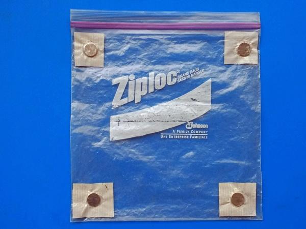 Bild einer Motorrad-Kartentasche leer als Ersatz für die Kartentasche auf dem Tankrucksack, gebastelt aus einer Tiefkühltüte, Magneten und Panzerband