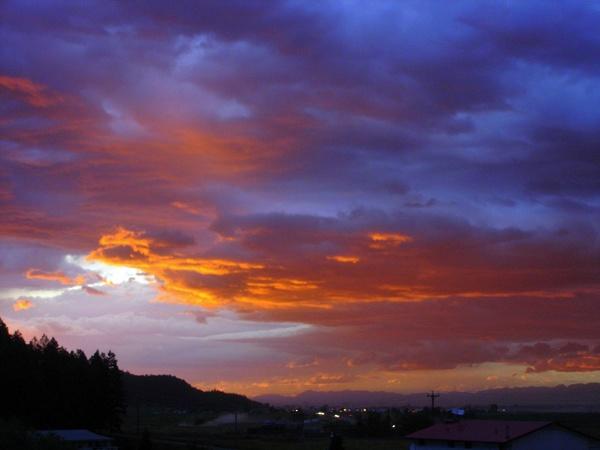 Abendhimmel in Kalispell, MT mit den Rocky Mountains im Hintergrund