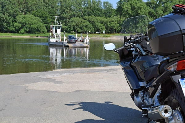 Motorrad bei Werben an der Elbe, das auf die herannahende Autofähre wartet