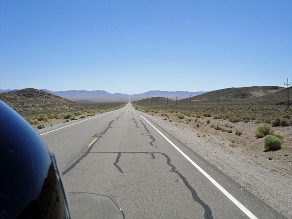 Extraterrestrial Highway SR 375 in Nevada mit dem Helm des Motorradfahrers im Vordergrund, bei einer Motorradtour durch die Rocky Mountains