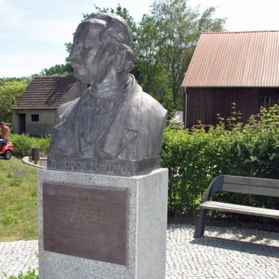 Fontane-Motorradtouren durch Brandenburg: Fontane-Denkmal in der Ortsmitte von Görne, Lkr. Havelland, besucht bei einer Fontane-Motorradtour durch Brandenburg