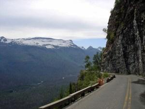 Schöne Motorradstrecke: Logan Pass in Montana mit steiler Felswand rechts und Blick ins Tal links