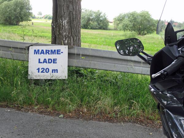 Kulinarische Motorradtouren: Yamaha FJR 1300 am Strassenrand vor einem Schild Marmelade 120 m