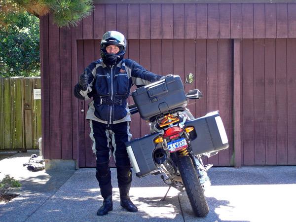 Motorradfahrer mit Helm und einem Motorrad BMW R 1200 GS nach Rückkehr von einer Motorradtour durch die Rocky Mountains