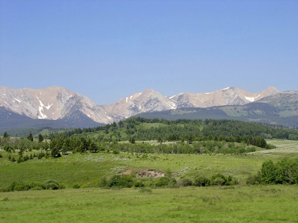U.S. Route 89 Montana mit einem Gebirgszug