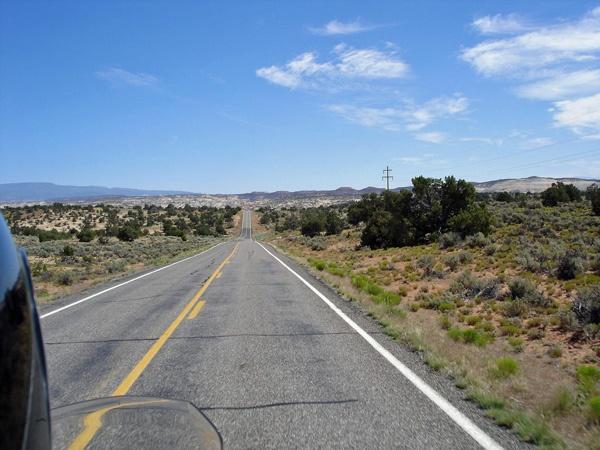 Utah State Route 12 mit Fernblick auf einer Motorradtour durch die Rocky Mountains