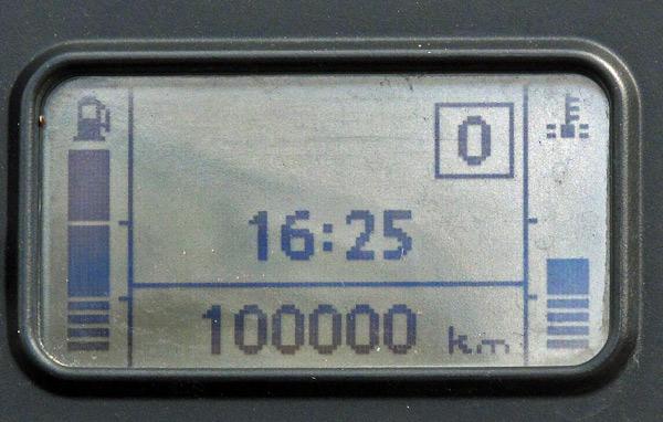 Tachometer einer BMW R 1200 GS mit der Anzeige 100.000 km