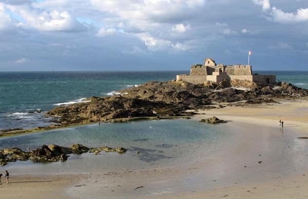 Fort National in Saint-Malo bei Ebbe mit dunklen Wolken