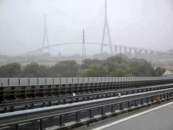 Brücke, auf Motorradtouren: Pont de Normandie über die Seine-Mündung bei Le Havre im Nebel