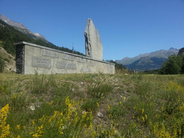 Motorradtour zum Croix de Fer und Galibier: Resistence-Denkmal bei Bramans
