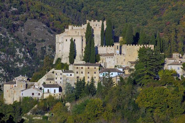 Rocca Sinibalda, besucht bei einer Tour auf Motorrad-Traumstrassen in den Abruzzen