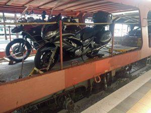 Motorrad auf Eisenbahnwaggon bei einer Motorradtour mit Autoreisezug und Fähre