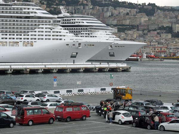 Motorräder beim Warten auf die Fahrzeugverladung in Genua