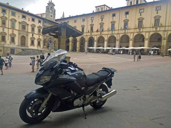 Motorrad an der Piazza Grande in Arezzo bei einer Motorradtour nach Süditalien