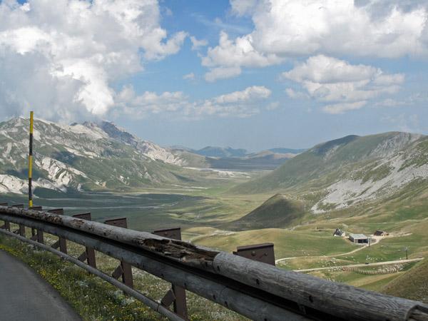 Bergstraße auf dem Campo Imperiale in den Abruzzen bei einer Motorradtour nach Süditalien