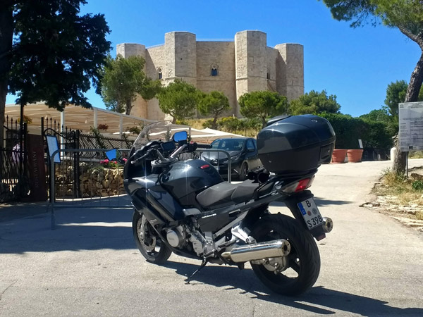 Motorrad vor Castel del Monte bei einer Motorradtour nach Süditalien
