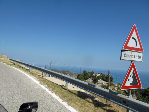 Serpentinenstrecke am Monte Gargano mit Verkehrsschildern bei einer Motorradtour nach Süditalien