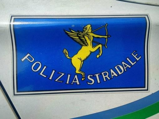 Schild Polizia Stradale auf einem Streifenwagen