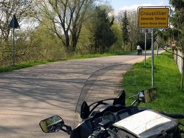 Ortsschild Croustillier in Brandenburg bei einer Motorradtour in das Oderbruch