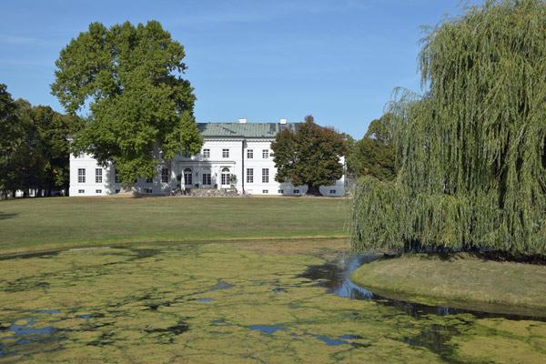 Schloss Neuhardenberg vom Park aus gesehen