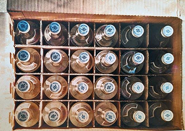Wodkaflaschen im Karton