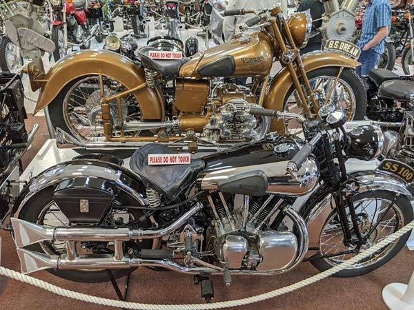 2 Motorräder Brough SS 100 im National Motorcycle Museum in Birmingham