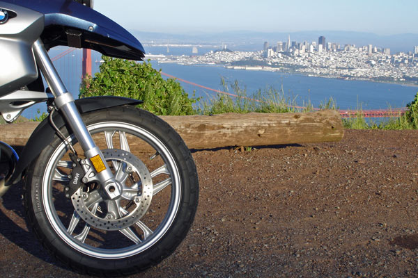 Vorderrad einer BMW R 1200 GS mit der Golden Gate Bridge und San Francisco im Hintergrund