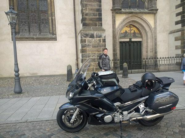Tourentipps für den Motorradurlaub 2020: Bundesstrasse 2 mit Motorrad vor der Schlosskirche in Wittenberg