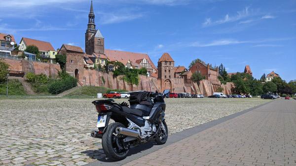 altstadtpanorama von tangermuende in sachsen anhalt mit motorrad im vordergrund