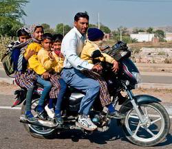 Família de moto na Índia