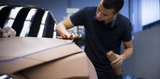 Carlos Arcos, responsable de la modélisation extérieure de SEAT, façonne des voitures grandeur nature depuis 20 ans.