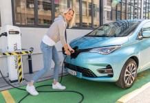 Linda Fäh, ambassadrice de la marque Renault, a longuement testé Nouvelle Renault ZOE, ici lors d'un essai routier pendant une pause à Feusisberg.