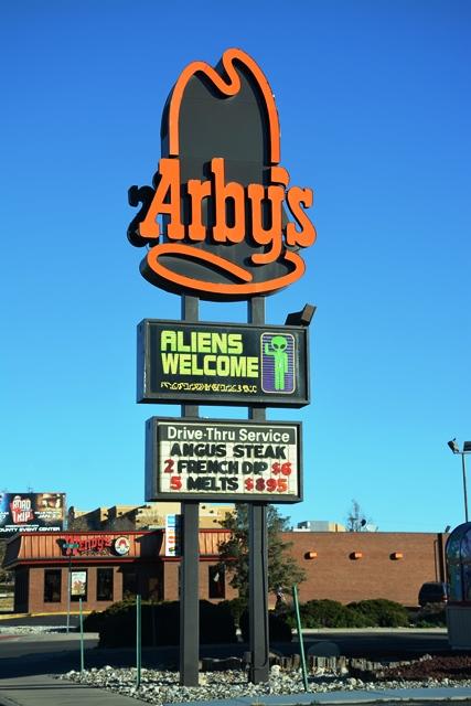 Los negocios en Roswell abordan el tema de los extraterrestres de forma jocosa.