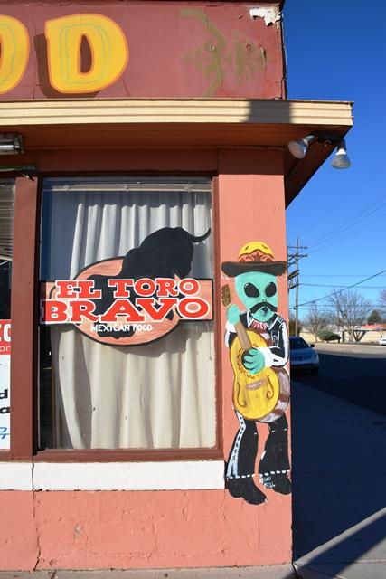 Un restaurante mexicano tiene de mascota a un extraterrestre vestido de charro.