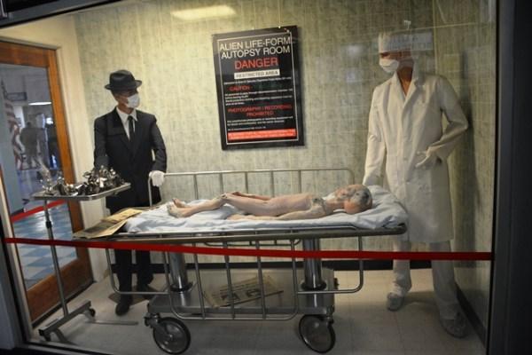 Recreación del supuesto rescate de cadáveres extraterrestres por parte del gobierno estadounidense.