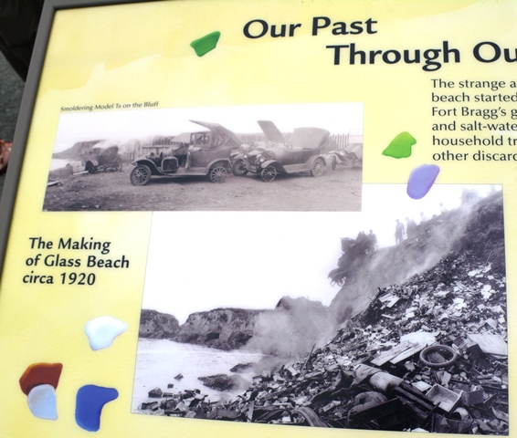 Rótulo en Glass Beach que muestra la playa cuando era un vertedero.