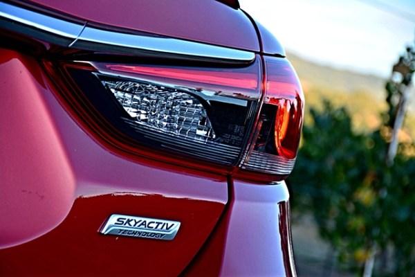 Skyactiv es una tecnología propia de Mazda que logra unoa economía de combustible muy sorprendente. El Mazda6, que es un sedán mediano con interiores amplios, logra un máximo de 38 millas por galón.