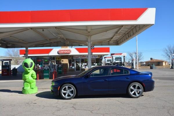 En el artículo original mencioné que en Roswell, quienes piden dinero en los puestos de gasolina, son los marcianos.