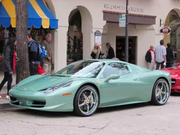 No. No. No. Los Ferrari se suponen que sean todos rojos, negros, grises, amarillos o blancos. ¿Verdes? No, no. ¿Verde menta como éste 458 Italia? No, no, no. FOTOS: Andrés O'Neill, Jr.