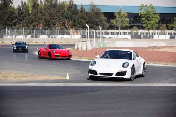 La primera parte de la prueba fue en uno de los hábitats preferidos del 911: las curvas. Foto: Mauricio Carrera para Porsche