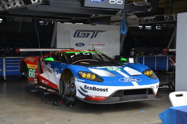 El Ford GT número 66 en su pit en la pista de Nürburgring, Alemania.